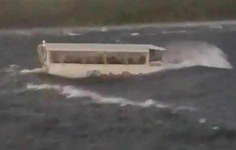 Gió lớn, thuyền du lịch bị sóng nhấn chìm, 9 người trong một nhà tử nạn