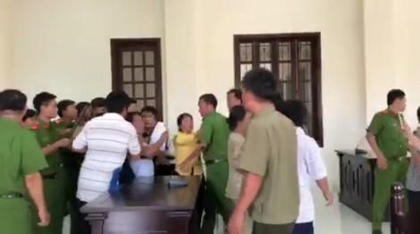 Hàng chục người đại náo phiên tòa, hành hung kiểm sát viên, phóng viên