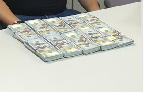 Khách ngoại quốc giấu 2,2 tỷ đồng khi xuất cảnh khỏi Tân Sơn Nhất