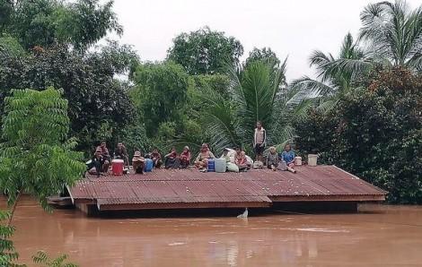 Cô lập giữa biển nước, người dân Lào lên nóc nhà chờ giải cứu