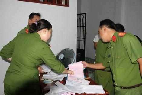 Bắt các đối tượng cho vay nặng lãi cầm dao chống đối lực lượng chức năng