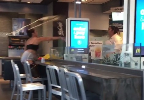 Nhân viên McDonald đánh thực khách không thương xót