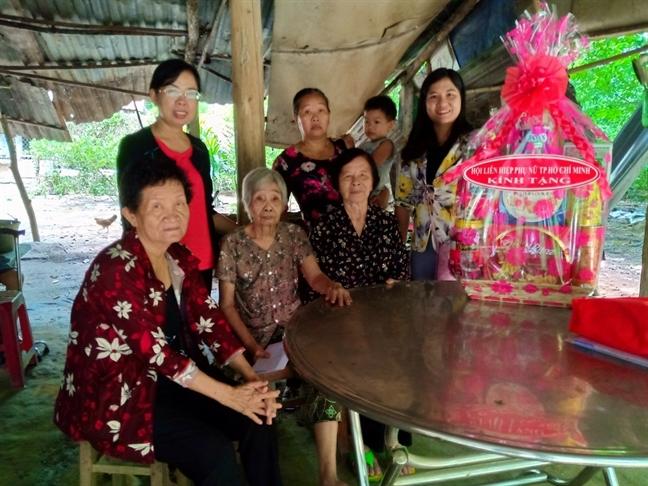 Hoi LHPN TP.HCM dang huong nha Ma Ranh
