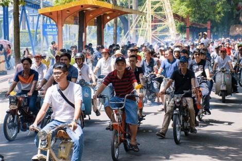 Xe cổ quý hiếm 'đua' trong công viên Đầm Sen