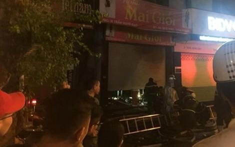 Giải cứu 5 người bị mắc kẹt trong ngôi nhà cháy lúc nửa đêm