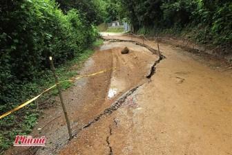 Hòa Bình: Nhà nghiêng ngả, đường nứt toác, chực chờ sập xuống sông Đà
