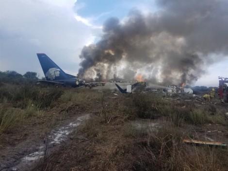 Rơi ngay sau khi cất cánh, 101 người trên máy bay Mexico sống sót như một phép màu