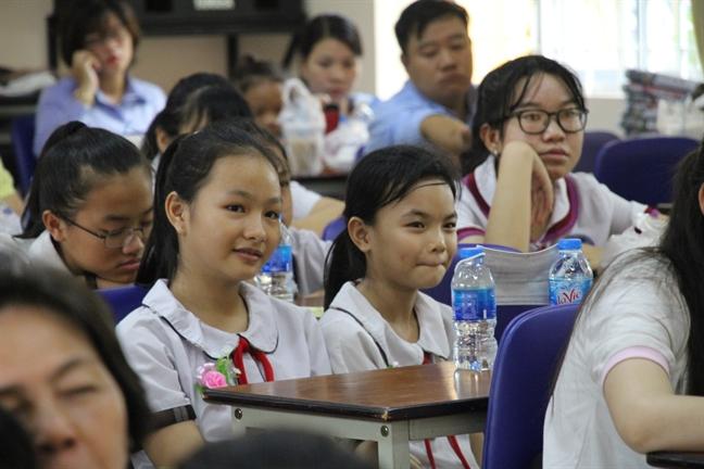 Quan 3: Trao tang hoc bong Nguyen Thi Minh Khai