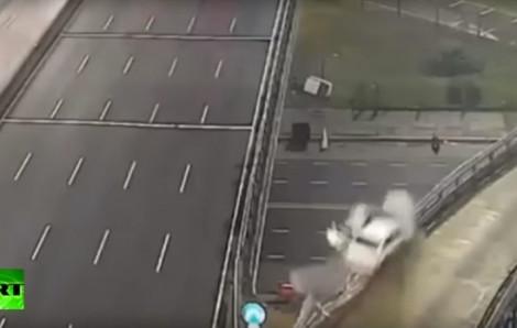 Lái xe 170km/h đâm hàng rào cao tốc, tài xế tuổi teen sống sót một cách kỳ diệu