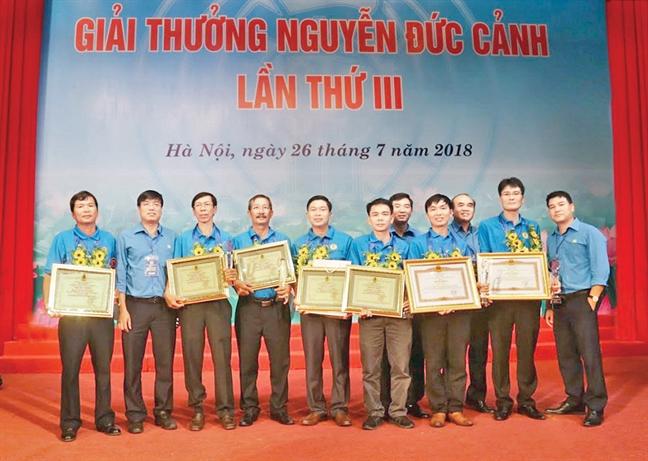 Ba cong nhan nganh dien TP.HCM nhan Giai thuong Nguyen Duc Canh