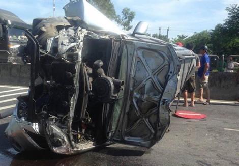Nhiều người bị thương kẹt trong ô tô 7 chỗ lật ngang giữa quốc lộ