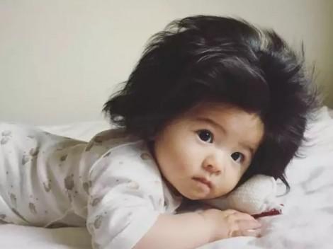 Bé gái 7 tháng tuổi bỗng dưng nổi tiếng nhờ 'mái tóc đốn tim'