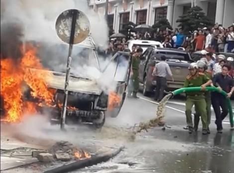 Cảnh sát dùng nước của xe hút bể phốt để dập lửa cháy 3 ô tô
