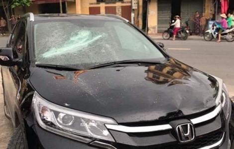 Nghi vấn bảo vệ ngân hàng đập phá xe của khách vì mâu thuẫn cá nhân