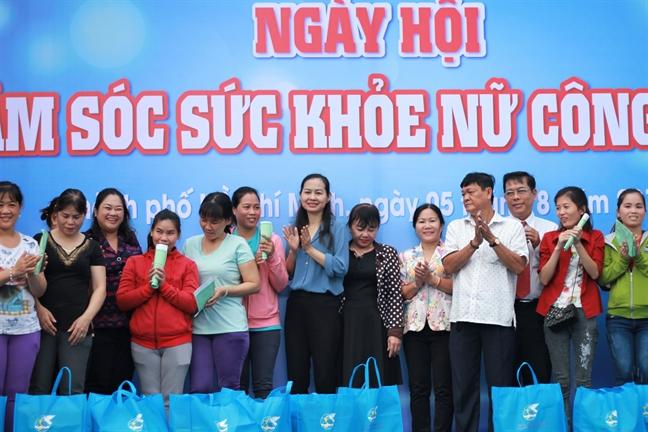 Cong nhan 'tut nhan sac' trong Ngay hoi cham soc suc khoe nu cong nhan