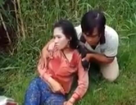 Đang chạy xe, một phụ nữ bị chồng đuổi theo đâm trọng thương