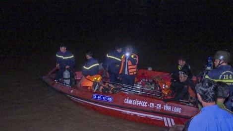 Lật sà lan chở gạch, bé gái 6 tuổi mất tích
