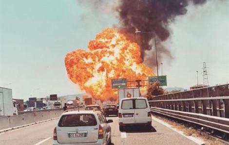Khoảnh khắc xe bồn đâm xe tải, khiến sập cầu, 70 người bị thương