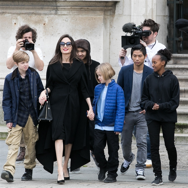 Angelina Jolie cao buoc Brad Pitt khong tro cap du tien nuoi con