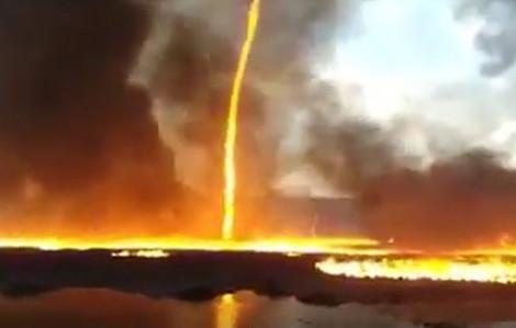 Khoảnh khắc vòi rồng lửa kì dị xuất hiện trong đám cháy