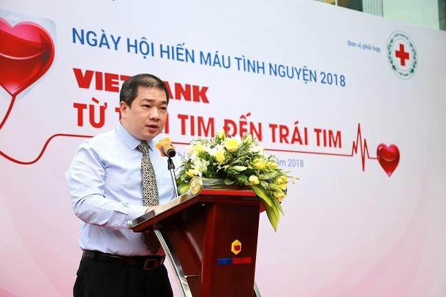 Hang tram nhan vien Ngan hang TMCP Viet Nam Thuong Tin (Vietbank) hien mau cuu nguoi