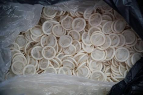 Phát hiện hàng ngàn bao cao su giả làm từ nguyên liệu trôi nổi