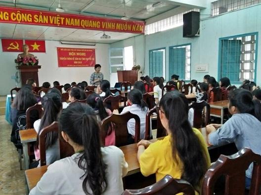 Huyen Hoc Mon: Trang bi cho me va be gai kien thuc tu bao ve