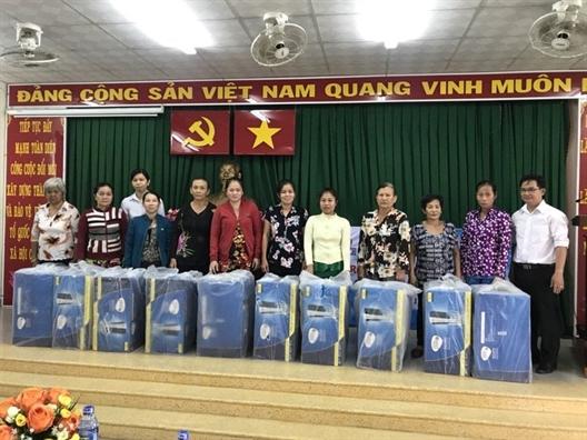 Huyen Binh Chanh: Trao binh loc nuoc cho 40 ho ngheo