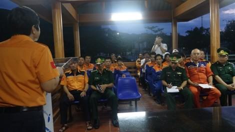 Cứu sống 11 thuyền viên tàu chở gạch chìm trong đêm trên biển Đông