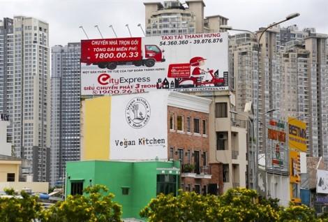 Những bảng quảng cáo 'tử thần' treo trên đầu người dân
