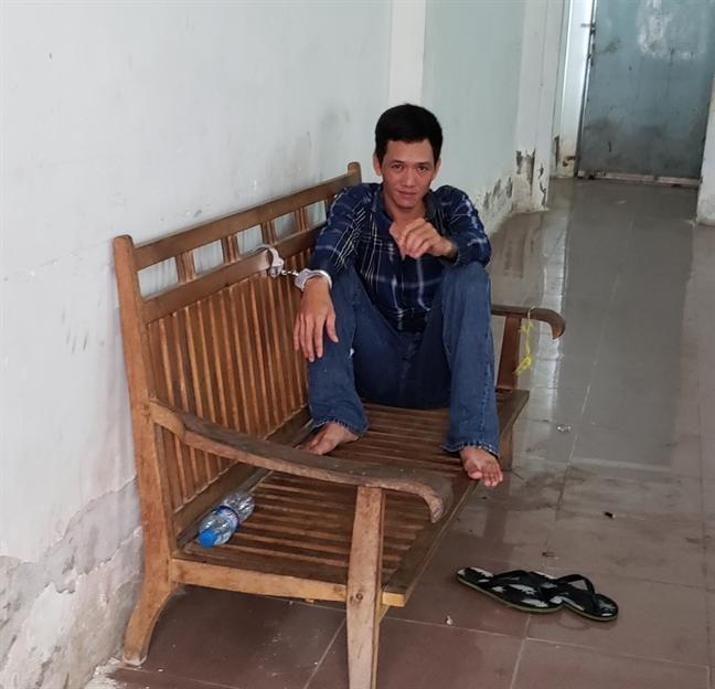 Thanh nien ngao da cho binh gas lao vao tru so VTV Can Tho