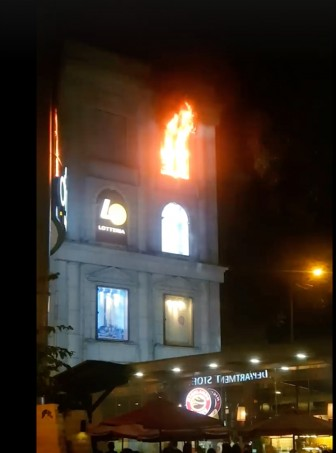Cháy bảng hiệu ở tòa nhà Diamond Plaza, hàng trăm người tháo chạy