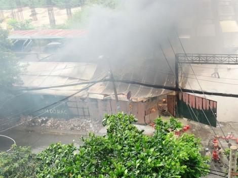 3 ô tô trơ khung trong vụ cháy bãi xe gần sân bay Tân Sơn Nhất