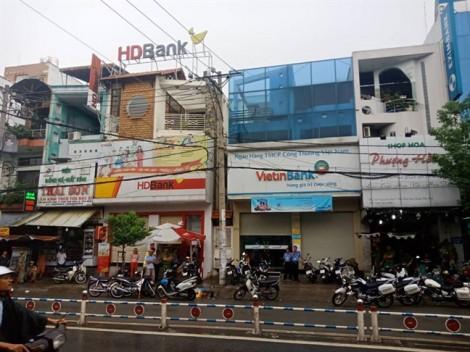 Nam thanh niên vào ngân hàng rút dao đe dọa nhân viên