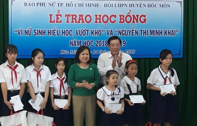 Bao Phu Nu trao hoc bong 'Nu sinh hieu hoc vuot kho' tai huyen Hoc Mon