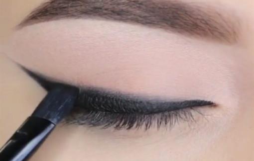 Hướng dẫn kẻ viền mắt đen tạo điểm nhấn đơn giản