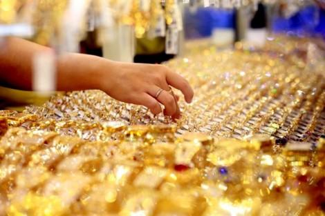 Giá vàng ngày 17/8: Nhà đầu tư ồ ạt bán tháo