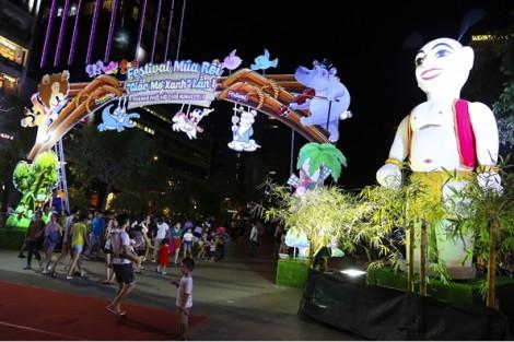 Người dân hào hứng với nghệ thuật múa rối trên đường đi bộ Nguyễn Huệ