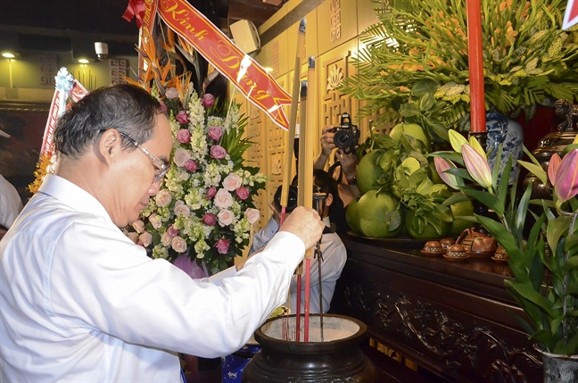 Lanh dao TP.HCM dang huong tuong nho Chu tich Ton Duc Thang