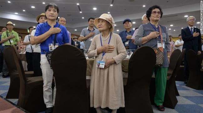 68 nam luu lac, me gia Han Quoc khoc trong vong tay con trai tai Trieu Tien
