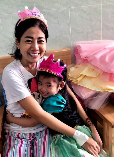 Mai Phuong xuc dong, mung sinh nhat con gai tren giuong benh