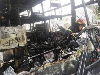 Xe khách đang chất hàng bỗng bốc cháy trơ khung