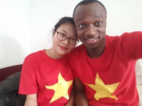 Chàng trai Nigeria vào bếp nấu bún bò Huế chiều lòng bạn gái Việt