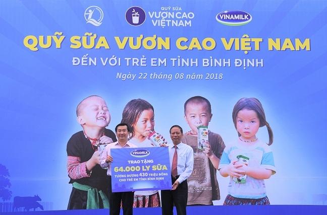 Quy sua Vuon cao Viet Nam va Vinamilk tiep tuc trao 64.000 ly sua cho tre em Binh Dinh