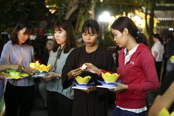 Ngan uoc nguyen theo hoa dang xuoi song Sai Gon mua Vu lan
