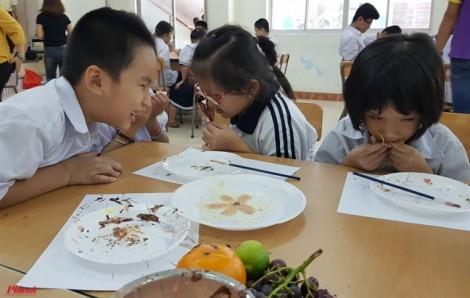 Học trò khiếm thị vẽ lên niềm vui bằng những bức tranh socola ngọt ngào
