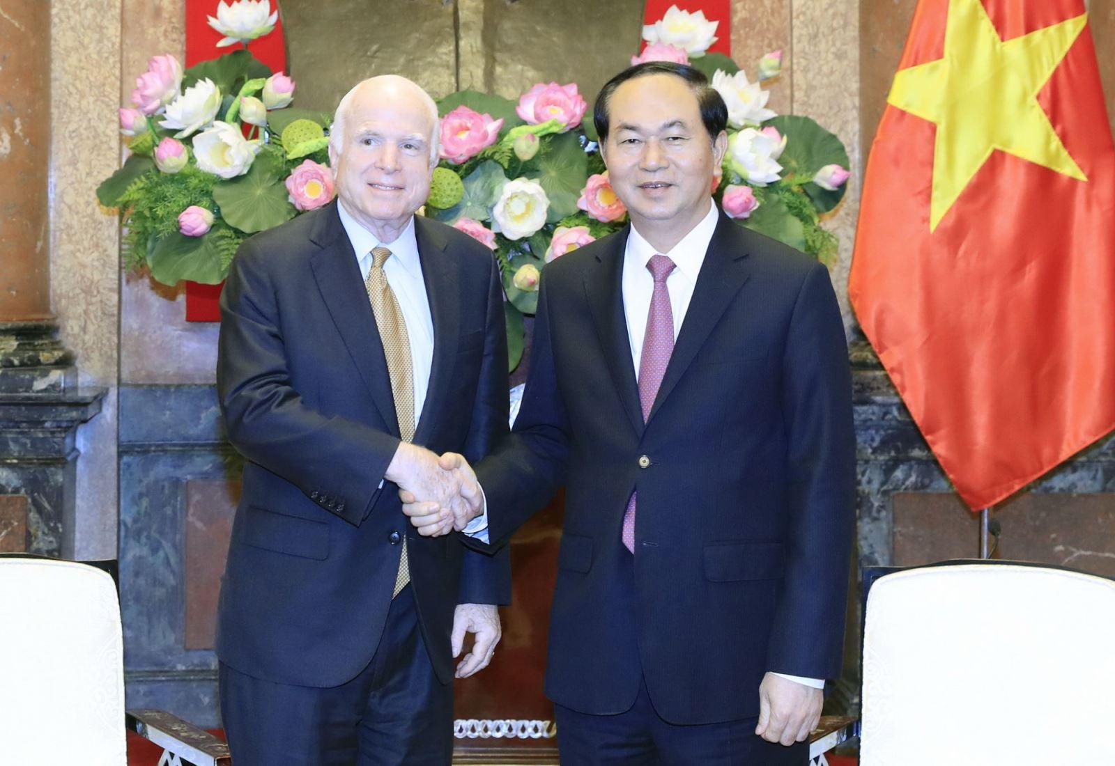 John McCain - Nguoi dong gop lon cho quan he tot dep Viet - My