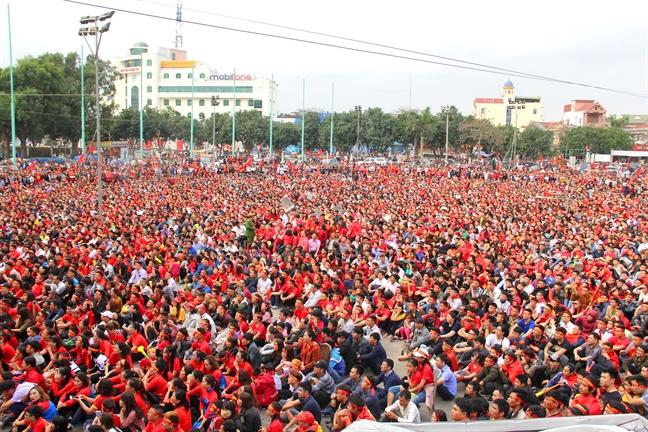 Hon 10.000 nguoi co vu Olympic Viet Nam tren quang truong Ho Chi Minh