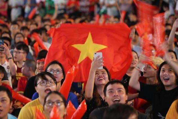 Hang chuc ngan co dong vien cung du khach quoc te xuong duong tiep suc cho Olympic Viet Nam