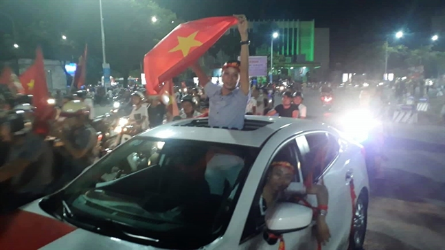 Co dong vien xuong duong an mung chien thang lich su cua bong da Viet Nam